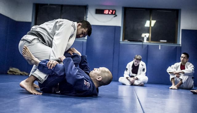 Jiu jitsu instructor show a move to his students